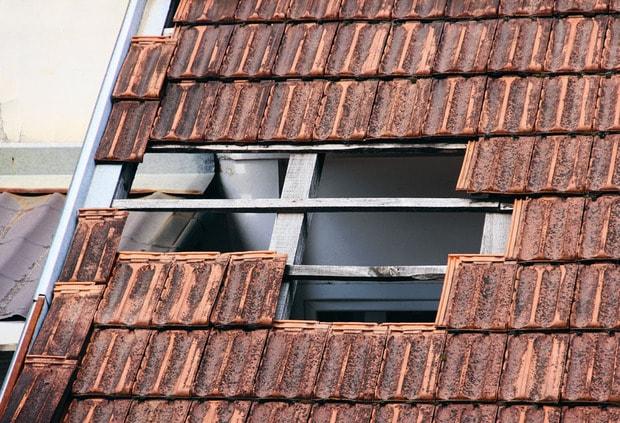toiture cassée à réparer par Dominique Rénovation en Gironde