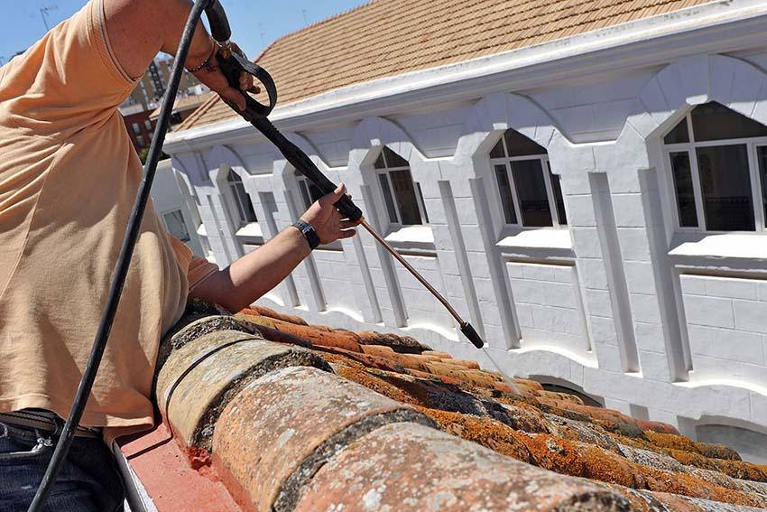 Travaux de couverture : nettoyage de toit par Dominique Rénovation à Bordeaux et Pessac