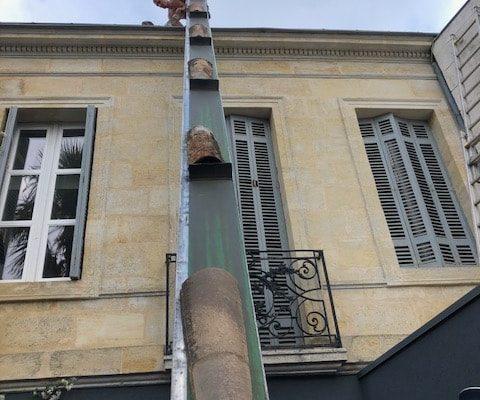 Monte tuile pour réparation de toiture